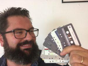 Giancarlo Spanu con i biglietti da visita per l'edilizia